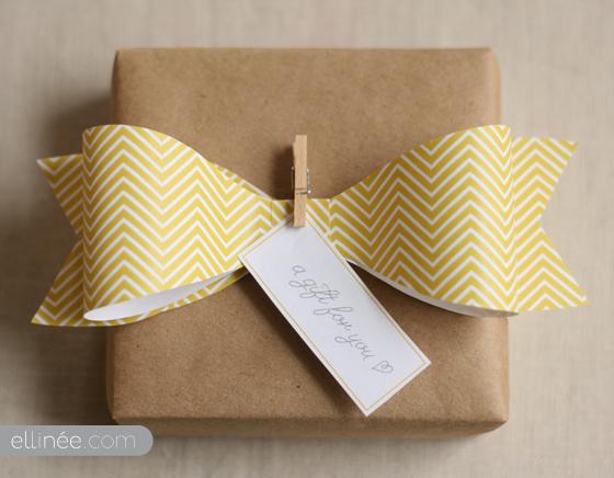lazos decorativos como regalo para decorar las botellas. Un detalle de boda barato DIY que puedes hacer tu mismo en casa.