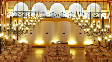 Si estas buscando salones para bodas en Huelva, no pierdas la oportunidad de venir a ver nuestras instalaciones. Disponemos de amplios salones y espacios al aire libre para celebrar bodas civiles y religiosas.