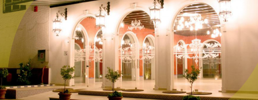 Entrada al salón en Bodegas Andrade con zona iluminada en cristalera. Ideal para eventos como bodas o comuniones