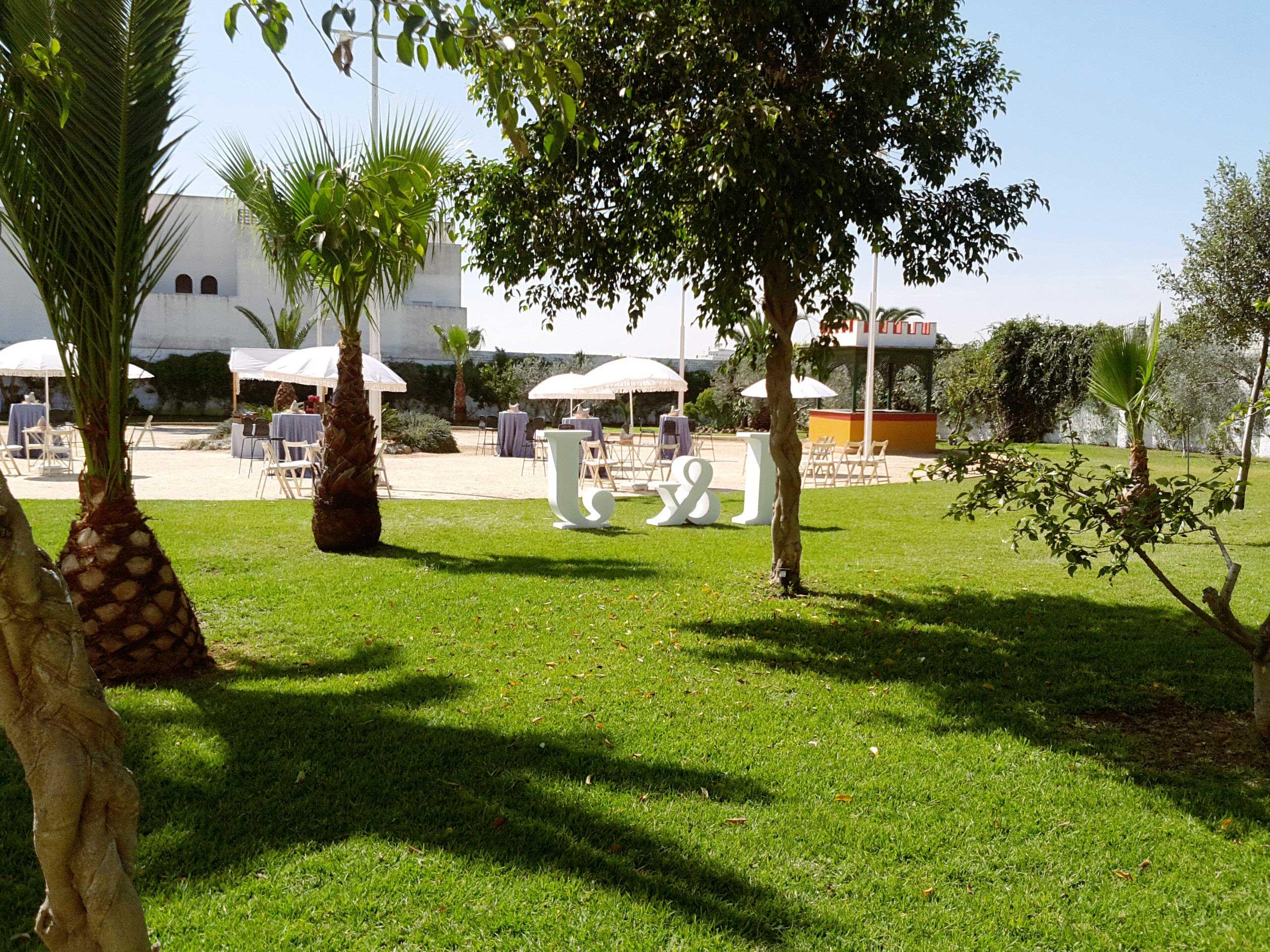 Ejemplo de decoración con letras gigantes en los jardines de Bodegas Andrade