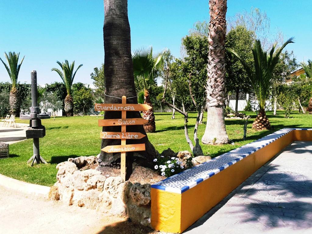 Indicador de madera para bodas colocado en los jardines de Bodegas Andrade, Huelva
