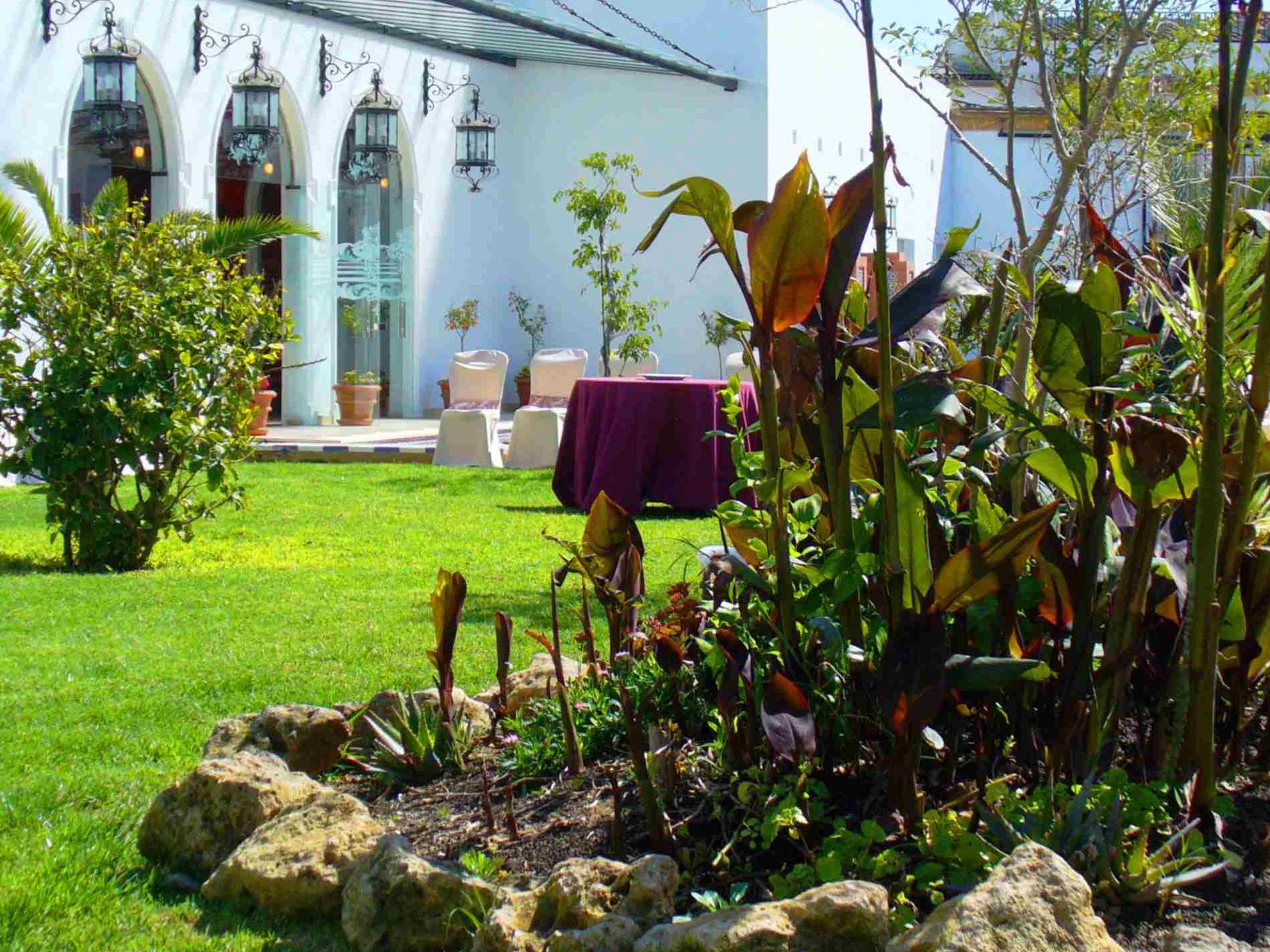 Jardines para eventos al aire libre en Bodegas Andrade. Zonas verdes con bonitas vistas rodeados de barricas de vino y viñedos