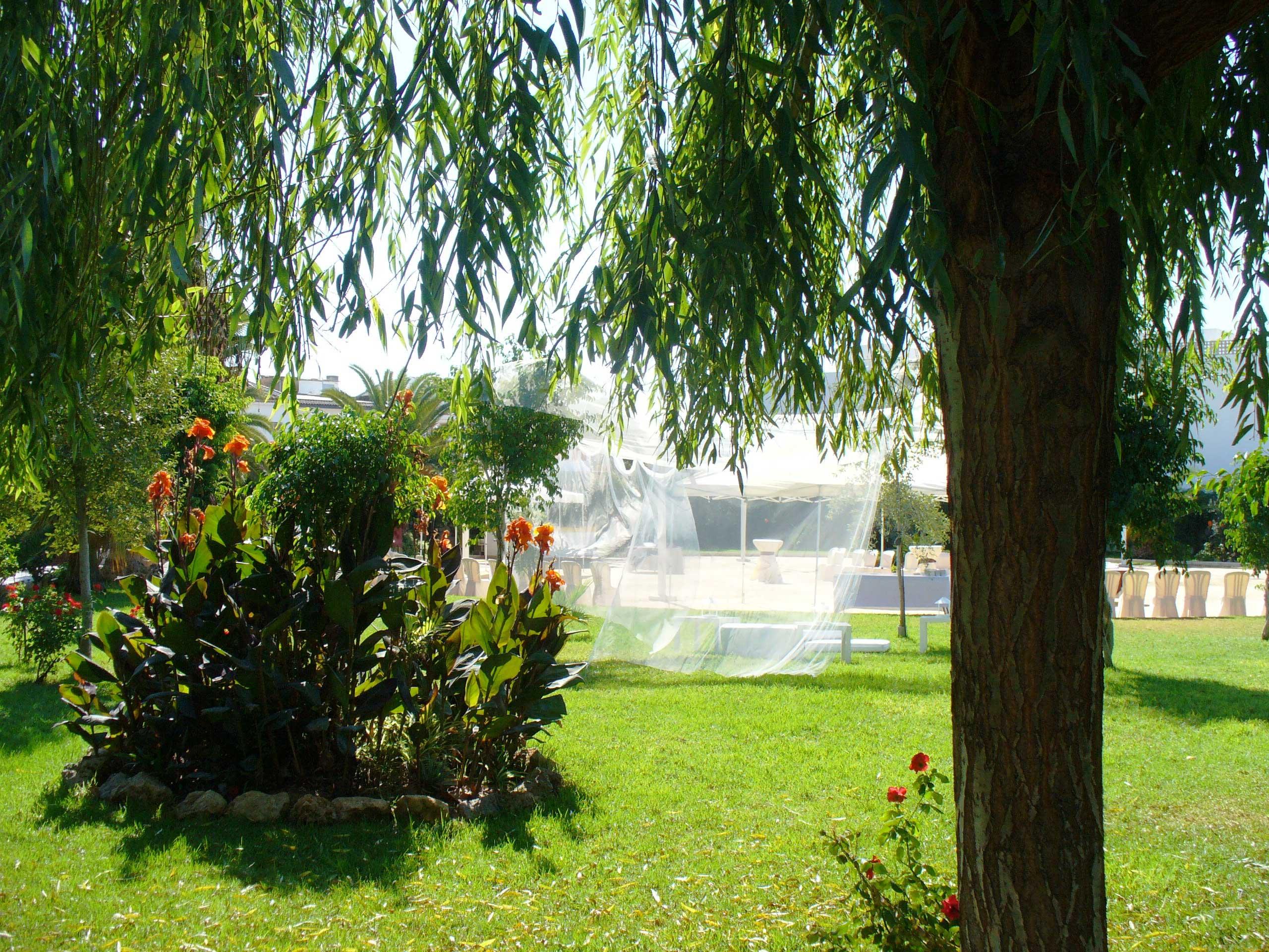 Zona del jardin destinado a las ceremonias civiles en Bodegas Andrade
