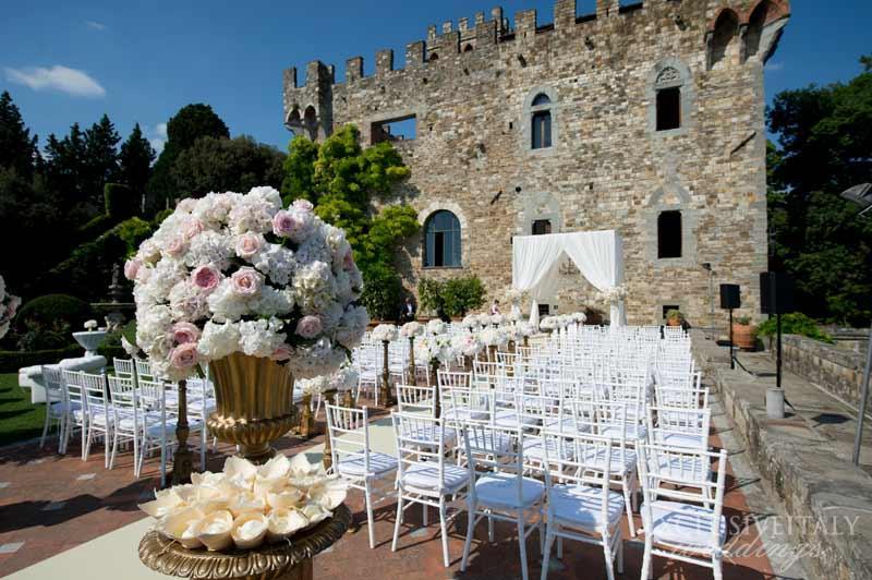 Celebrar una boda al aire libre en un castillo medieval