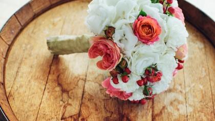 Ramo de novia en tonos rosas fucsias y blanco. Descubre algunas tendencias para bodas 2018
