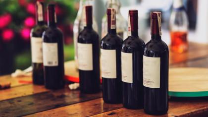 Regalar botellas de vino para bodas, una idea original que siempre gusta tanto a hombres como a mujeres