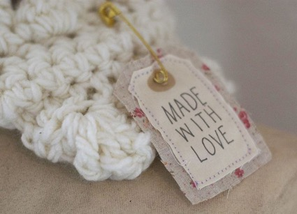 Etiquetas hechas con telas viejas y estilo vintage. Ideal para regalos de boda.