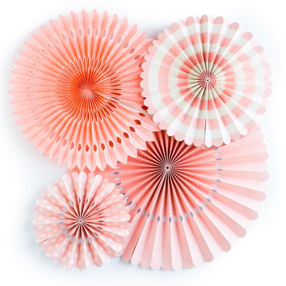 Abanicos de papel en tono coral para hacer photocall de bodas