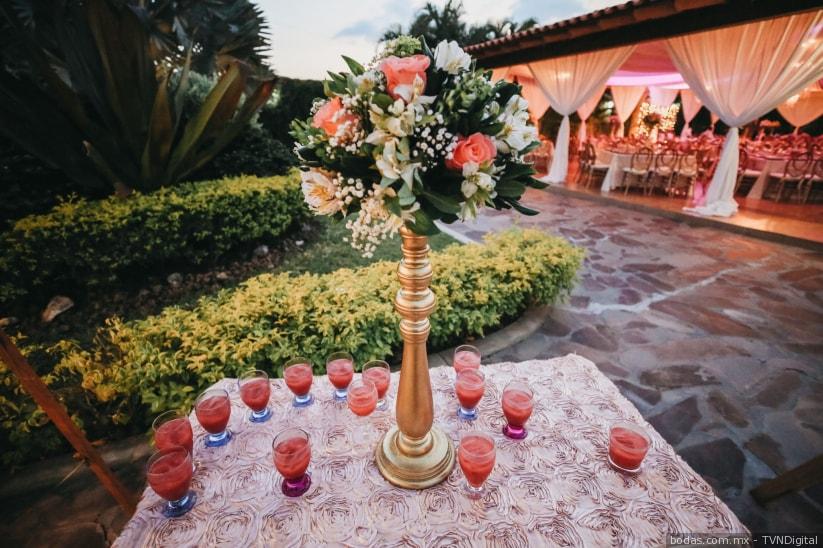 Bebidas y combinados para bodas en tono rosa coral