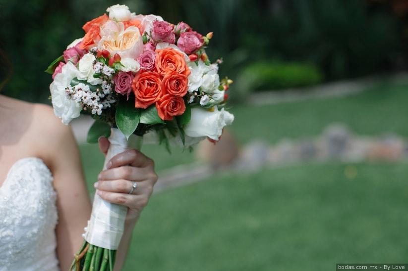 Ramo de flores para novias en tonos rosa coral, tendencia 2019