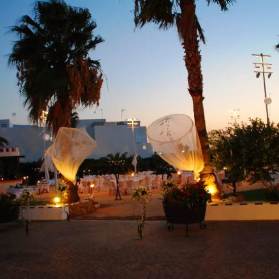 En Bodegas Andrade podrás celebrar tu boda en bonitos jardines al aire libre. Bodas civiles, eventos de empresas u otras celebraciones